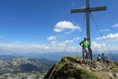 100-Leo-am-Gipfelkreuz